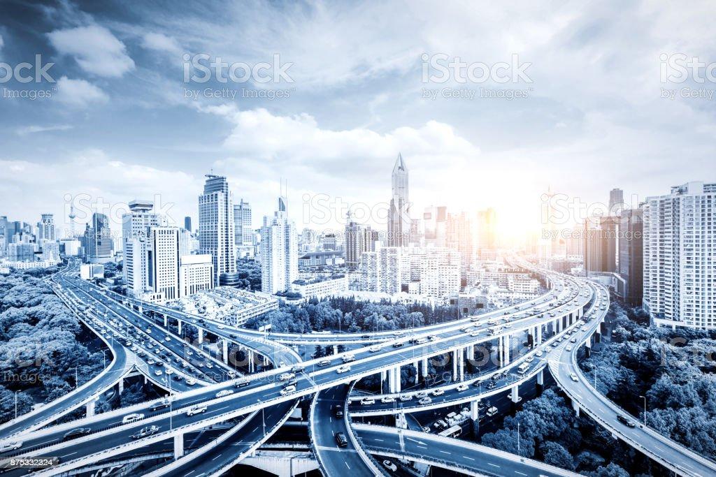 Der Viadukt Verkehrsknotenpunkt und moderne Architektur, Shanghai, China. – Foto