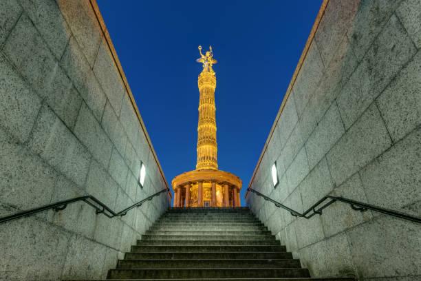 夜のベルリンの戦勝記念塔 - グローサーシュテルン広場 ストックフォトと画像