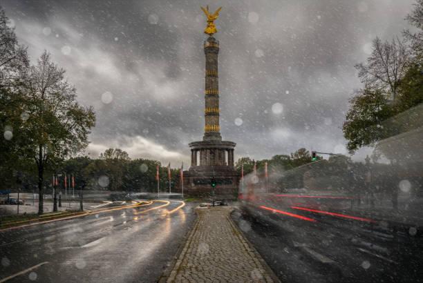 die siegessäule in berlin, deutschland im winter - deutsche wetter stock-fotos und bilder