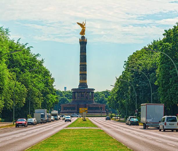 の戦勝記念塔、siegessäuleベルリン,ドイツ - グローサーシュテルン広場 ストックフォトと画像