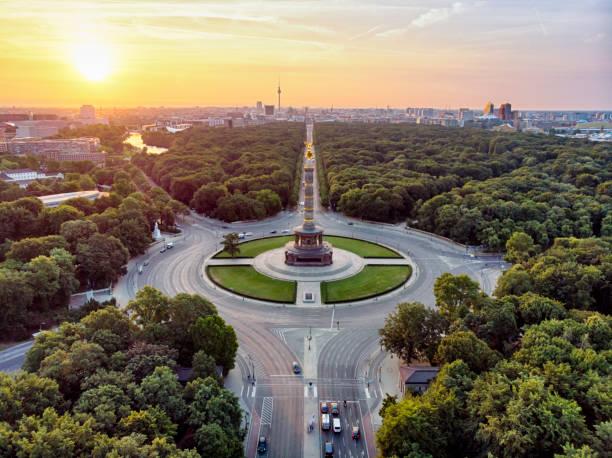 戦勝記念塔ティーアガルテン空撮 - グローサーシュテルン広場 ストックフォトと画像