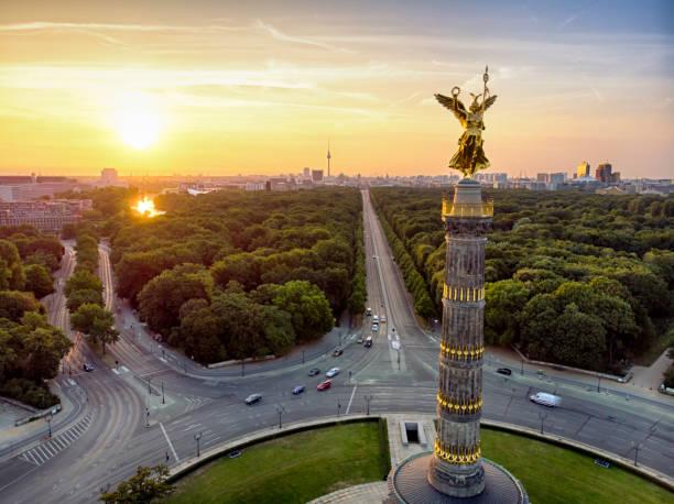 die siegessäule tiergarten luftbild - berlin mitte stock-fotos und bilder