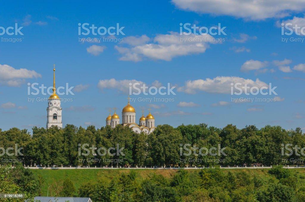 la vue depuis la colline de la cathédrale de l'Assomption et la ruelle à Vladimir. paysage d'été. l'anneau d'or de la Russie - Photo