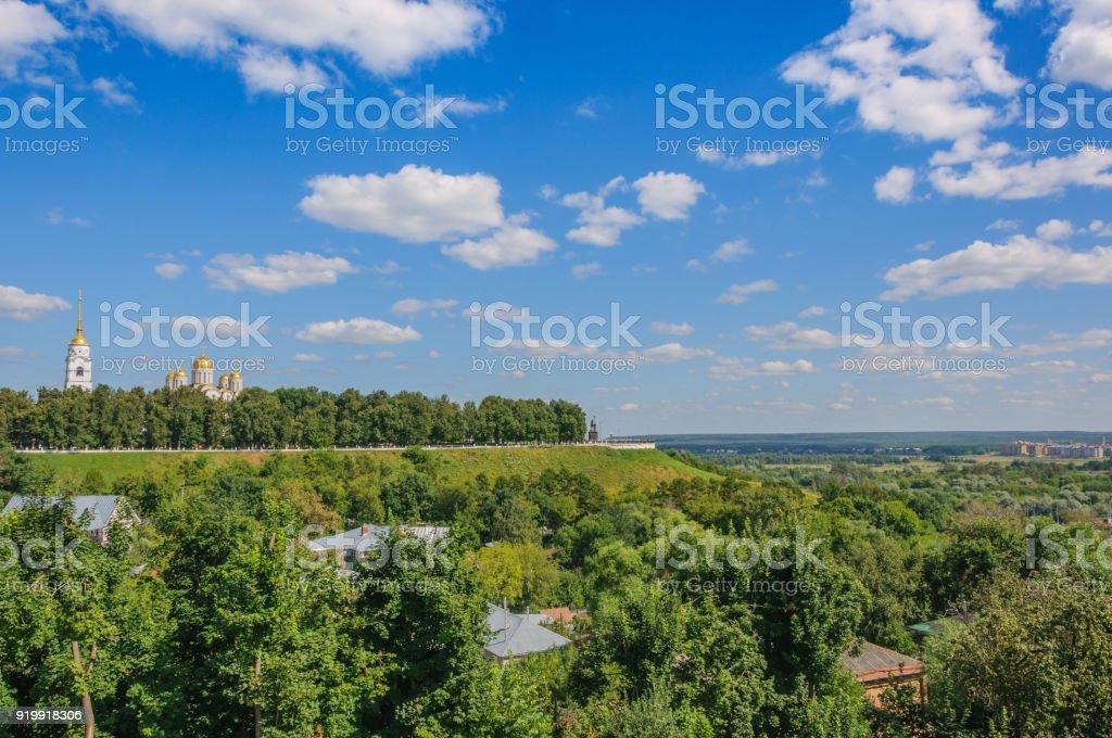 la vue depuis la colline de la cathédrale de l'Assomption et la terrasse d'observation à Vladimir. paysage d'été en arrière-plan - Photo