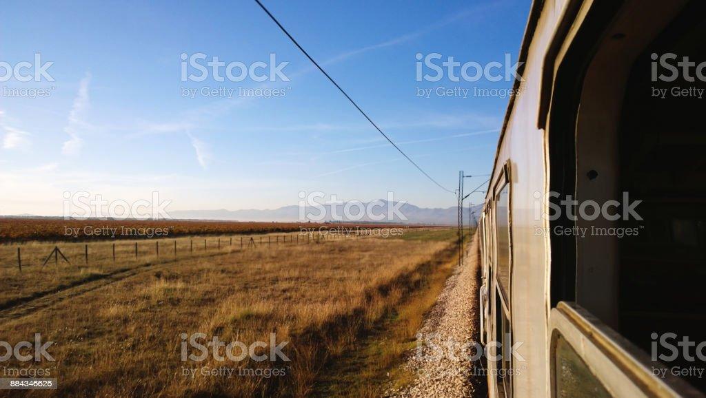 La vista desde la ventana del tren en el paso campos y niebla de la mañana. Enfoque selectivo. Marco en movimiento - foto de stock