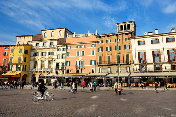 The view of the Piazza Bra and tourists – Foto
