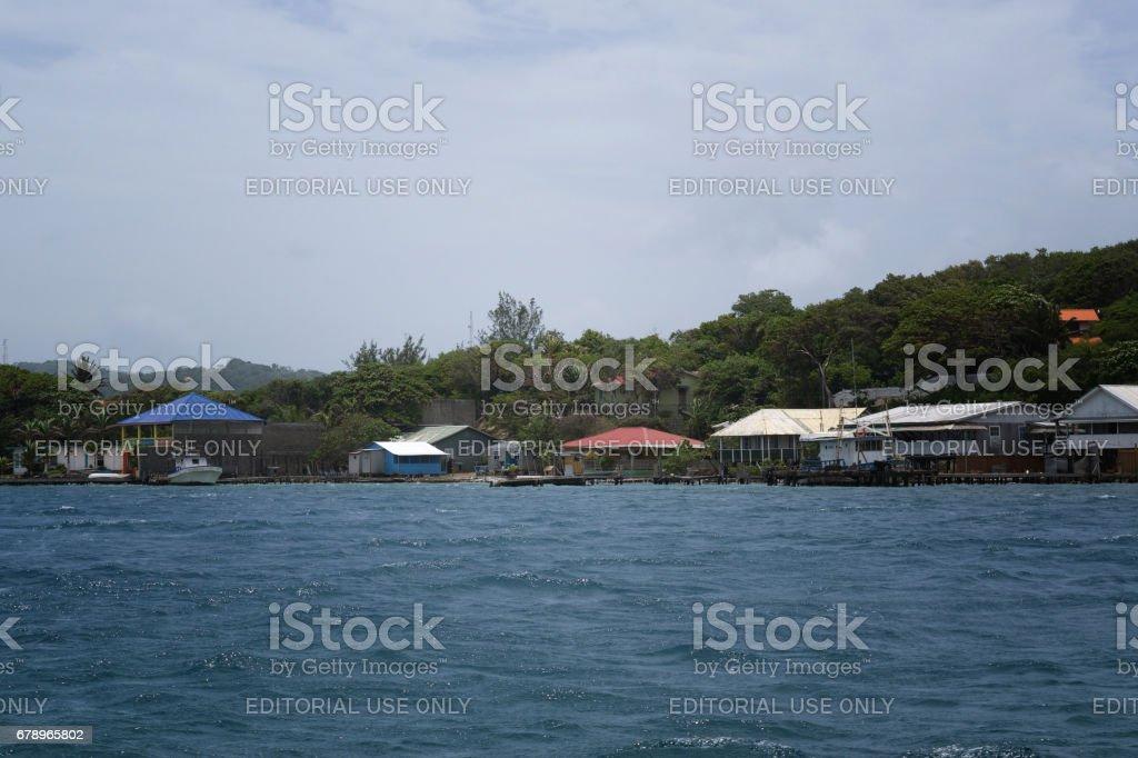 Bağlantı noktası Roatan, Honduras denizler gemisi Liberty'den görünümü. royalty-free stock photo