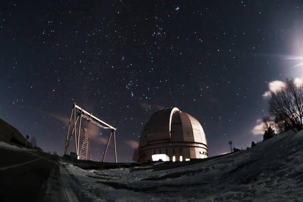 der blick auf das teleskop bta auf einem dunklen hintergrund eines sternenhimmels. - hohe warte stock-fotos und bilder