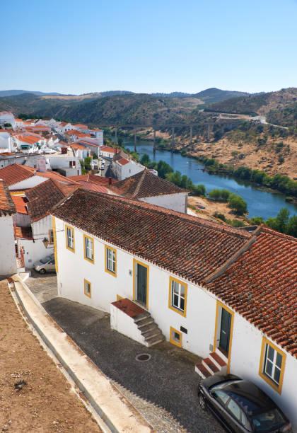 Die Ansicht der Ziegeldächer von Mértola mit Brücke über dem Tal des Guadiana Fluß. Mertola. Portugal – Foto