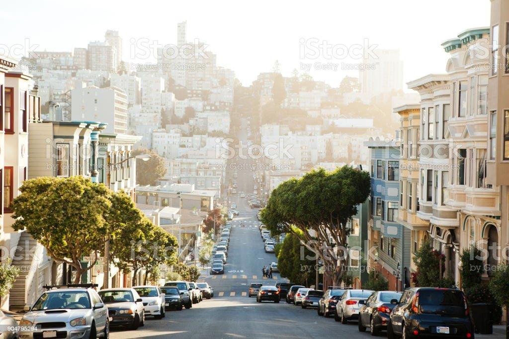 La vista en la calle de la colina de San Francisco. - foto de stock