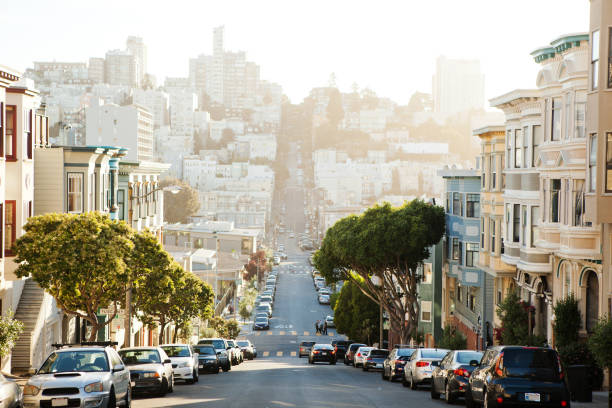 the view on street from the hill in san-francisco. - via principale foto e immagini stock