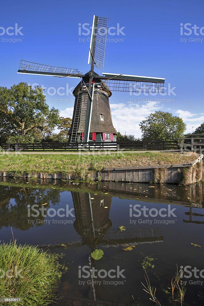 Il paese con Mulini a vento in Olanda e canale foto stock royalty-free