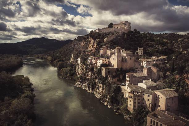 Das Dorf Miravet am Fluss Ebro in Tarragona-Katalonien-Spanien – Foto