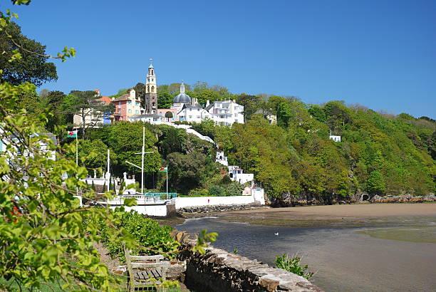 the village of portmeirion, gwynedd, wales - caernarfon and merionethshire stockfoto's en -beelden