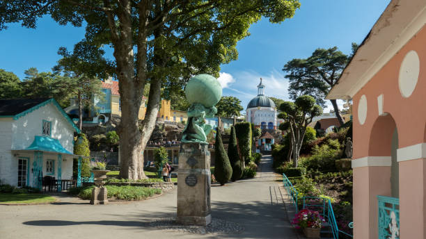 het dorp van de portmeirion in wales, verenigd koninkrijk - caernarfon and merionethshire stockfoto's en -beelden