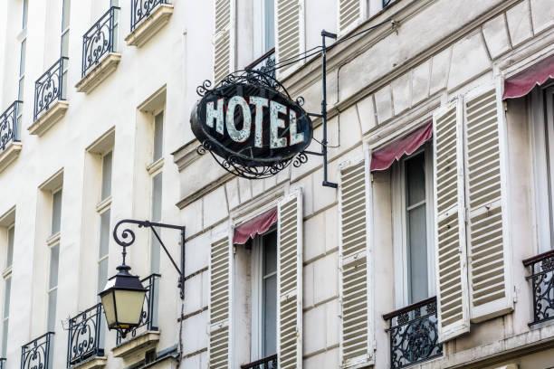 Le signe vintage d'un modeste hôtel dans un vieux bâtiment avec un période réverbère à Paris. - Photo
