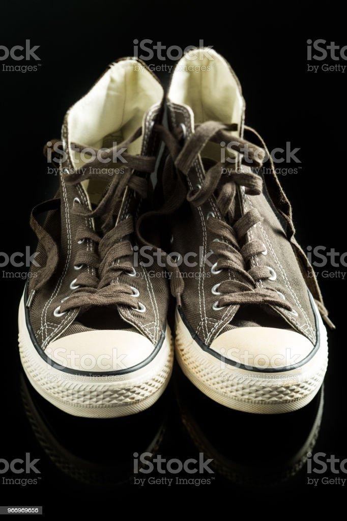 Os tênis vintage no quadro negro. - foto de acervo