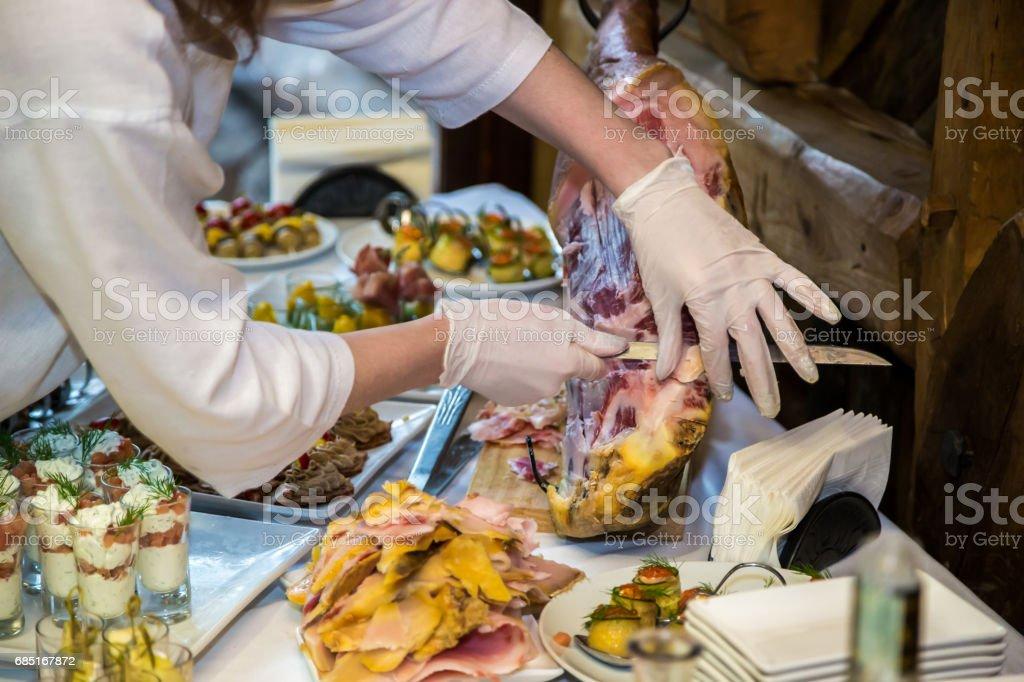 The waiter prepares for a banquet table foto de stock libre de derechos
