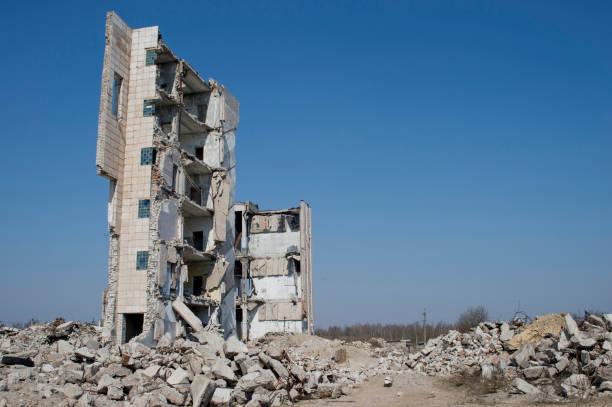 die wand des zerstörten gebäudes gegen den blauen himmel. hintergrund, ort der inschrift - betonwerkstein stock-fotos und bilder