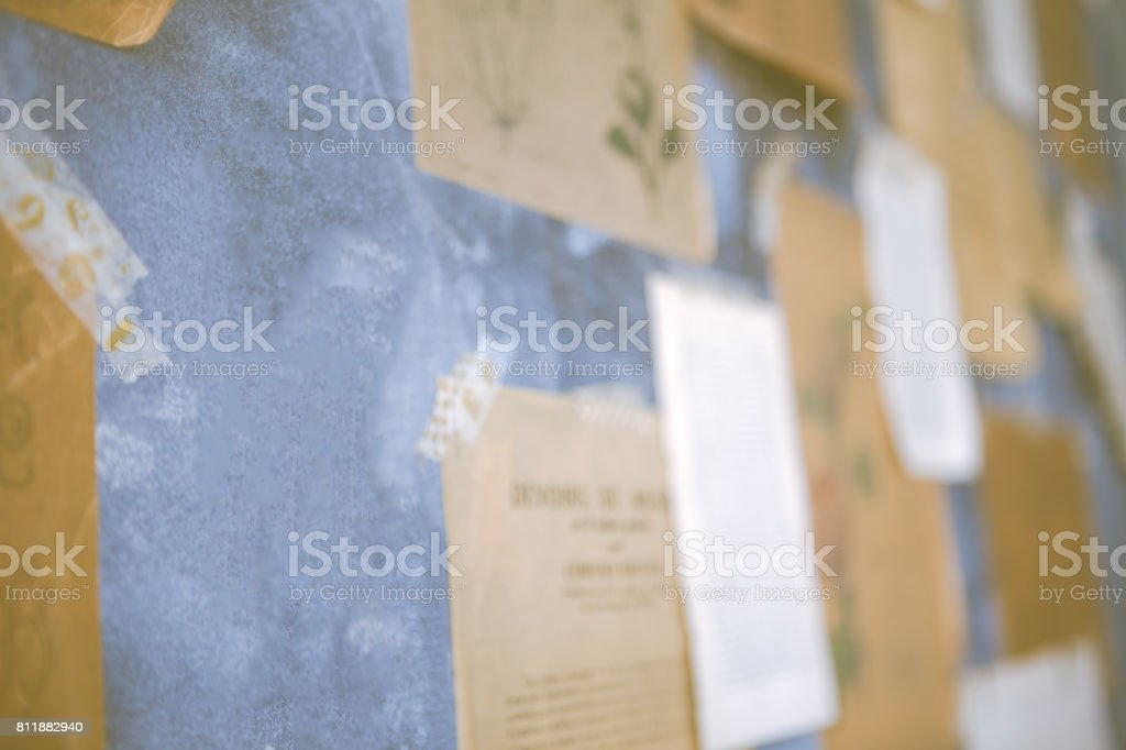 エッフェル塔のポストカードが貼られた壁。 ストックフォト