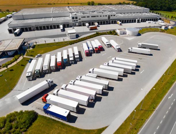 Die Lagerhalle mit LKW. Luftbild bis zur Logistik. – Foto