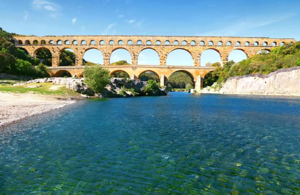 de wateren van de gardon onder de pont du gard. - pont du gard stockfoto's en -beelden