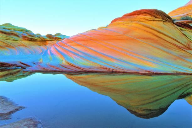 the wave during sandstone prism 4 phenomenon (leichtere version, die besser für die übertragung auf fotopapier sein könnte) in coyote buttes area of vermilion cliffs national monument in arizona u.s.a. - colorado plateau stock-fotos und bilder