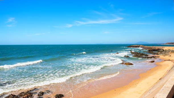 Die Wellen, die an die Küste oder schöne Felsen schlagen, schaffen eine friedliche Landschaft in der Bucht von Vietnam – Foto