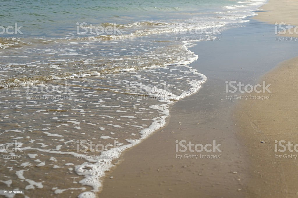 The waves of the sea blow up the beach photo libre de droits
