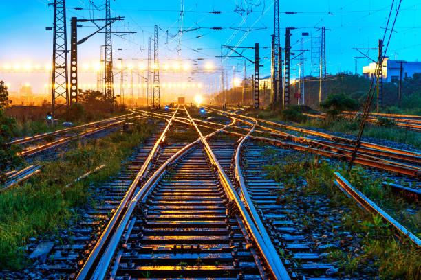 la voie de chemin de fer  - transport ferroviaire photos et images de collection