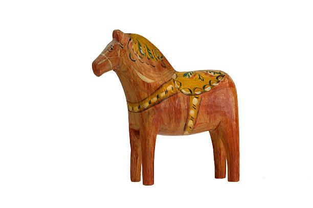 die getragene dala horse - dalarna pferd stock-fotos und bilder