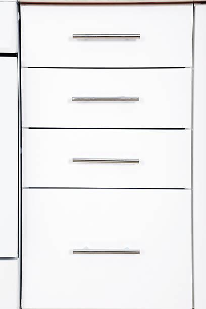 der weiße schrank türen auf nahaufnahme - griffe für küchenschränke stock-fotos und bilder
