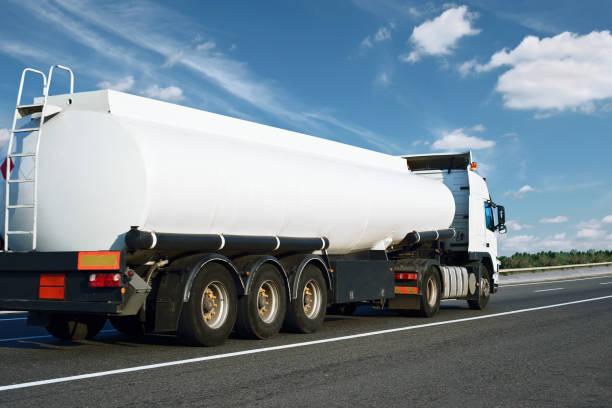 Der weiße Ölwagen geht die Straße hinauf. Frachtverkehrskonzept. – Foto