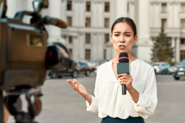 toda la verdad y nada más que la verdad. reportera de televisión presentando las noticias al aire libre. industria periodística, concepto de transmisión en vivo. - periodista fotografías e imágenes de stock