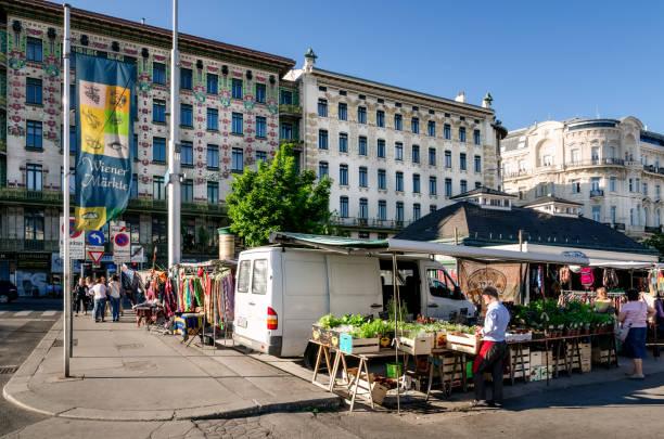 der wiener naschmarkt - naschmarkt stock-fotos und bilder