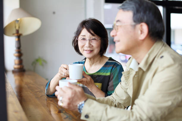 The wife who looks at the husband of illness 病気の夫を見つめる妻 病院 stock pictures, royalty-free photos & images