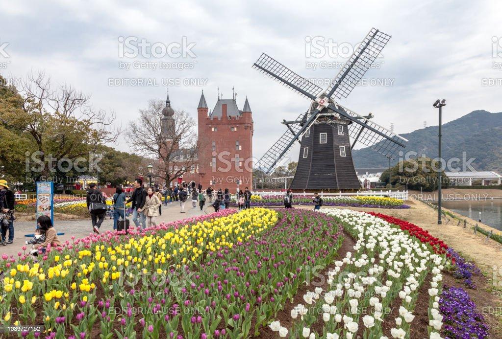 Die Windmühle am Huis Ten Bosch Themenpark mit vielen Farbe Tulpen Garten in Sasebo, Nagasaki, Japan. – Foto