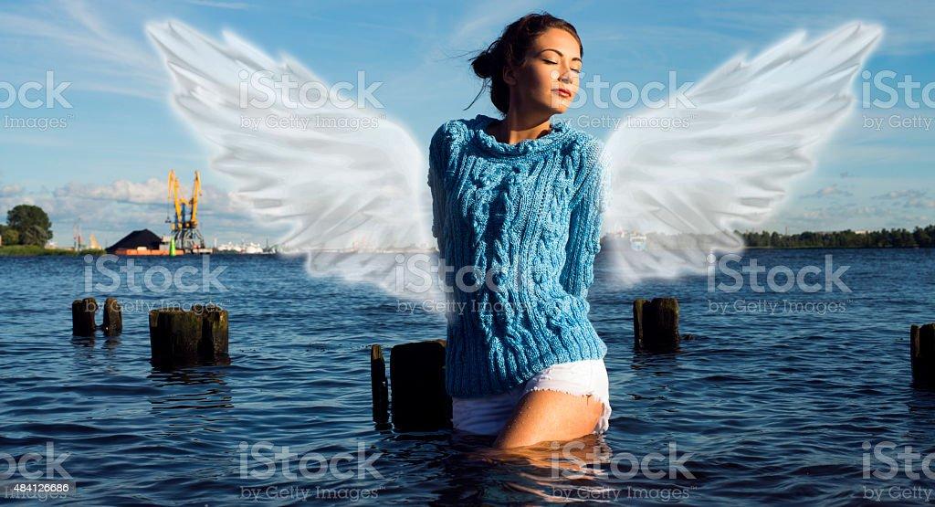 Kobieta z Anioł z puszysty wings – zdjęcie