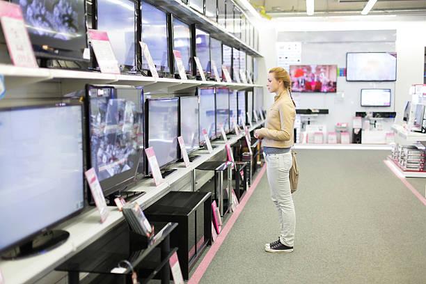 Die Frau kauft einen TV-in-shop – Foto