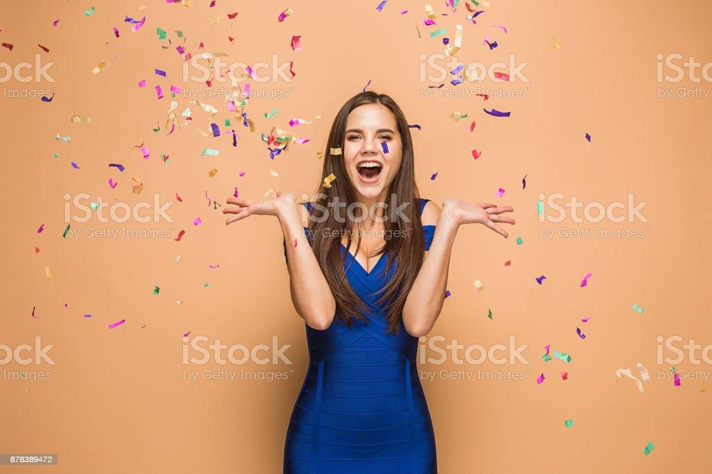 A mulher comemorando aniversário no fundo marrom - foto de acervo