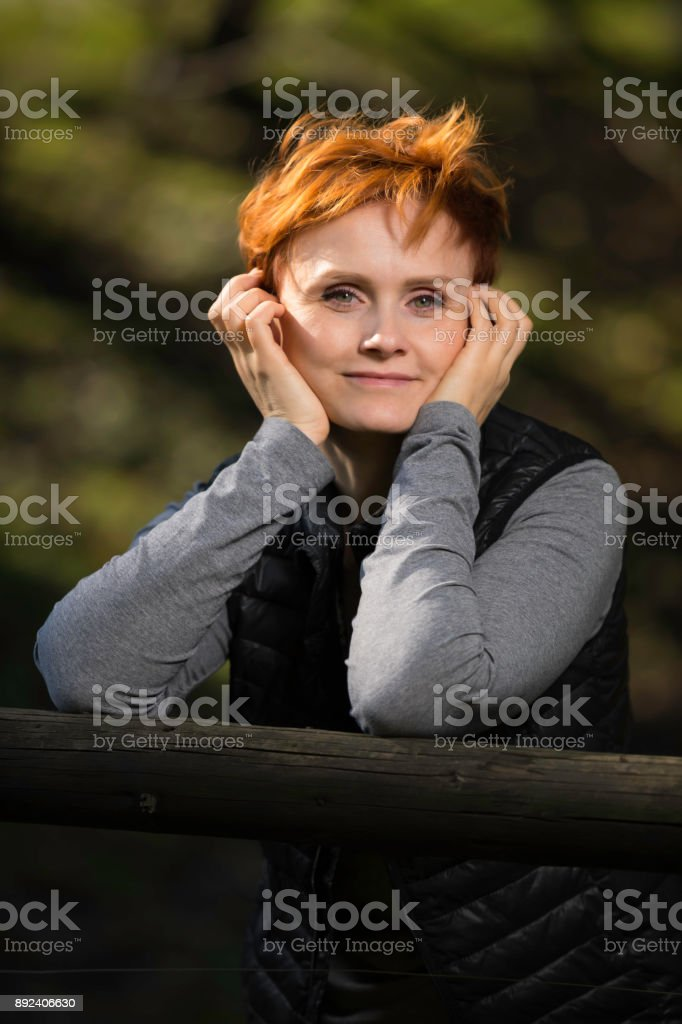the woman is posing in a park – zdjęcie