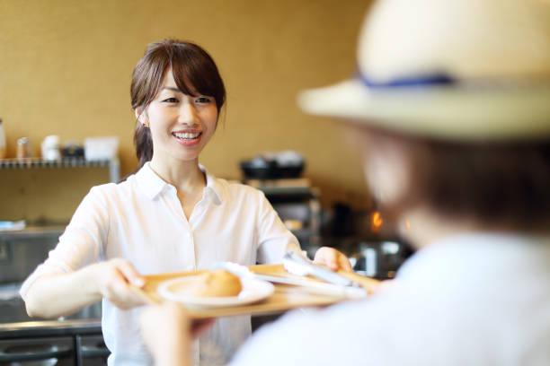 女店主賣麵包的 - 吧 公共飲食地方 個照片及圖片檔