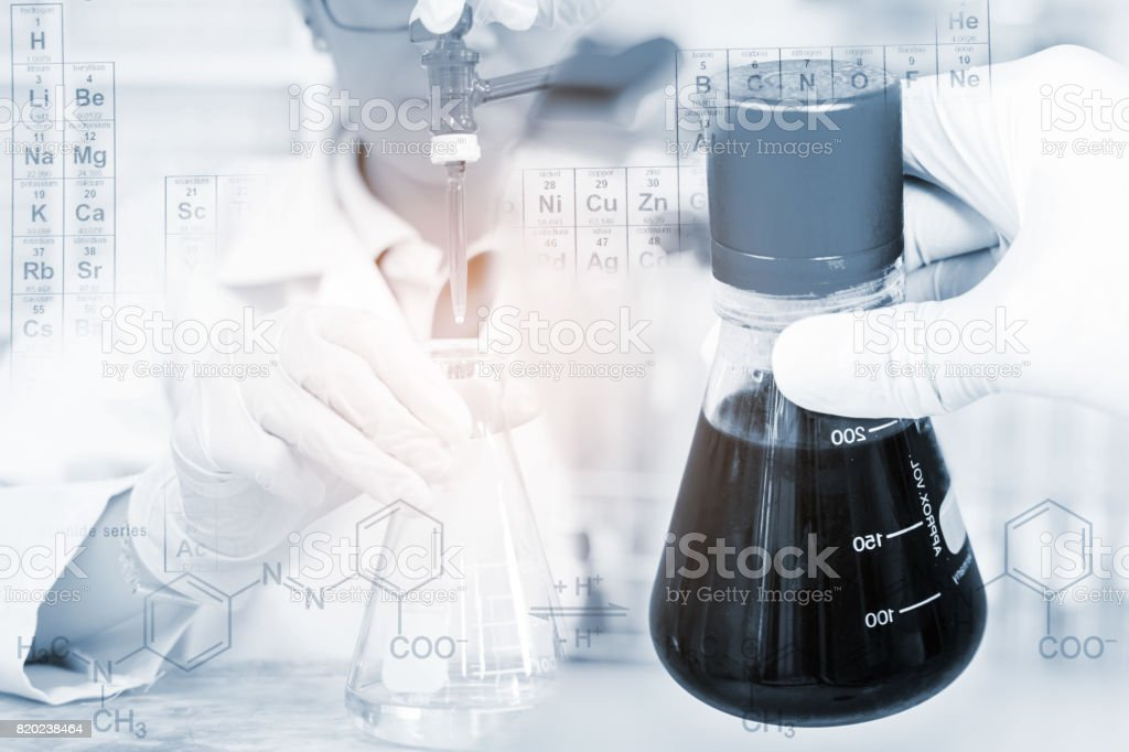La mujer que es el científico está haciendo el experimento, la titulación del reactivo en el frasco, el frasco en la mano del científico. - foto de stock