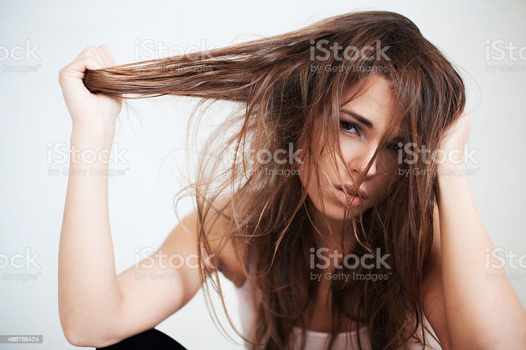 La mujer con el pelo que perjudican salvaje - foto de stock