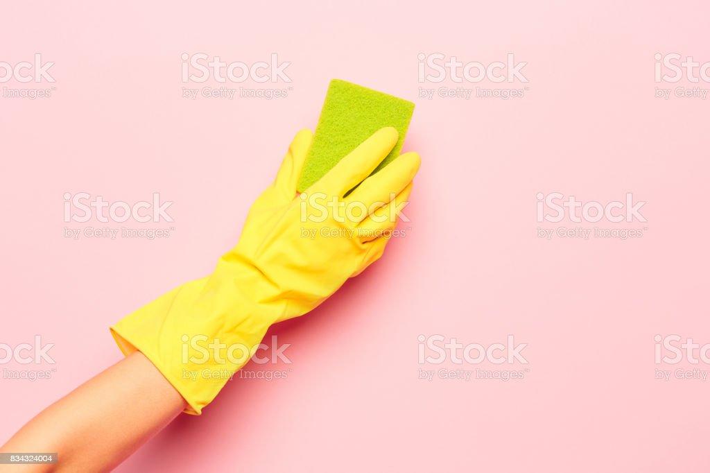 Die zarte Frauenhand Reinigung auf einem rosa Hintergrund. Reinigung und Hauswirtschaft Konzept – Foto
