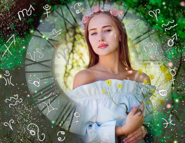 portrait de la femme dans l'atmosphère astrologique, signes du zodiaque et des planètes - signes du zodiaque photos et images de collection