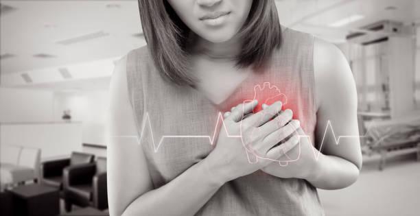 As mulheres tem doença cardíaca e ir ao hospital urgente. Pessoas com o conceito de problema do coração - foto de acervo
