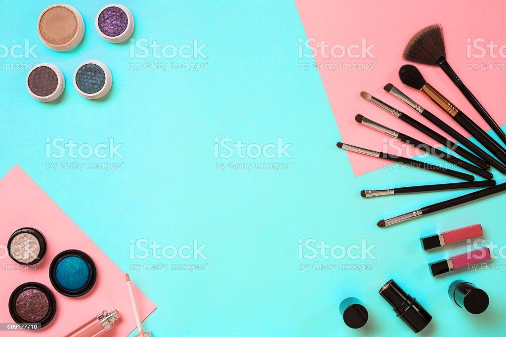 La mujer encuentra en un fondo azul, mujer moderna - foto de stock