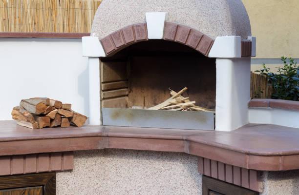 das holz ist bereit, die grill rotisserie verbrennen - grillstein stock-fotos und bilder