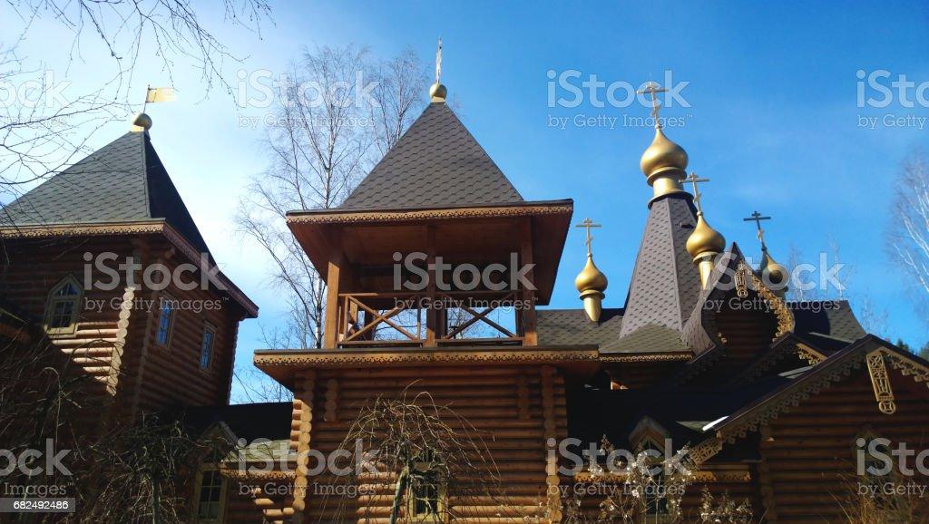 Hölzerne Glockenturm Turm der Kirche auf Grund der klaren blauen Himmel Lizenzfreies stock-foto